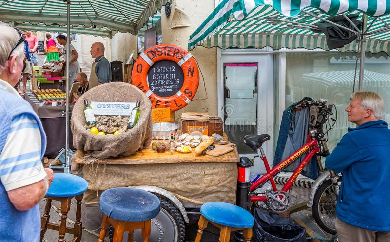 Straßenstall, der Austern an Markt Frome Sonntag in Frome, Somerset, Großbritannien verkauft lizenzfreie stockfotos