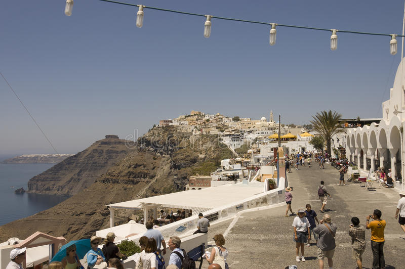 Straßenszene mit Touristen in Fira, Santorini lizenzfreie stockfotos