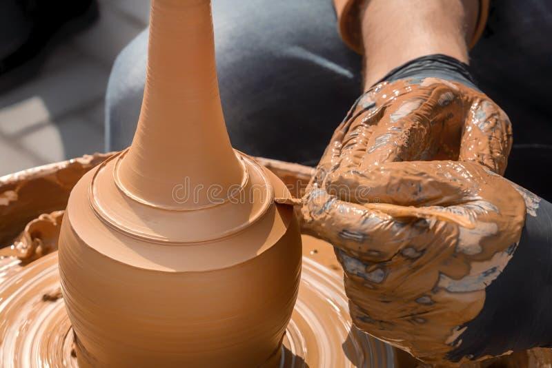 Straßentöpfer stellt einen Vase vom Lehm auf einer Töpferscheibe her lizenzfreie stockbilder