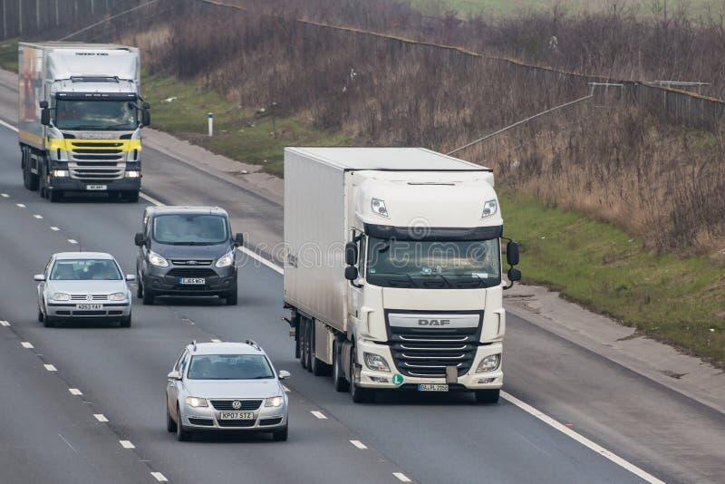 Straßentransport - handeln Sie auf der britischen Autobahn lizenzfreies stockfoto
