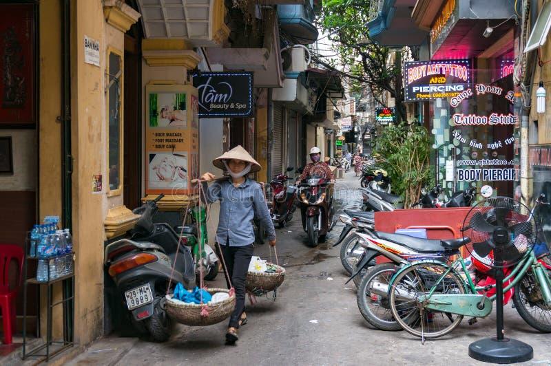 Straßenverkäuferstraßen-Lebensmittelverkäufer auf Hanoi-Straße stockfotos