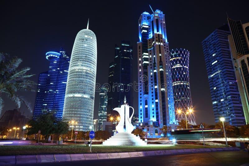 Straßenverkehr in der Finanzmitte in Doha, Katar stockbilder