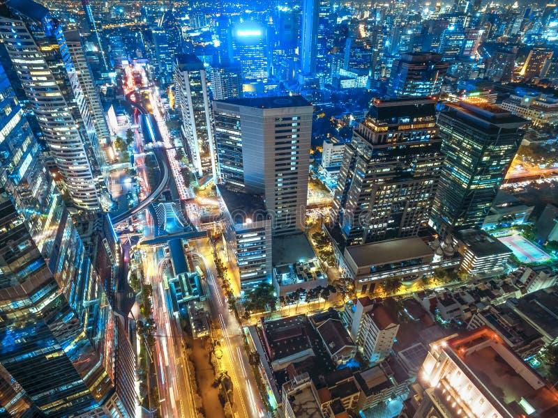 Straßenverkehr in der Stadt bei Thailand stockbild