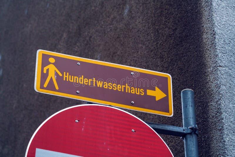 Straßenzeiger zum Hundertwasser-` s Haus, Wien, Österreich stockfotografie