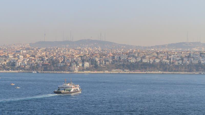 Straße und Häuser Bosphorus auf Hügeln in Istanbul, die Türkei lizenzfreie stockfotos