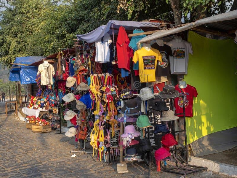 Straßen um Atitlan See sind von den Andenken und von den kleinen Restaurants, See AtitlÃ-¡ n, Antigua, Guataemala voll stockfotografie