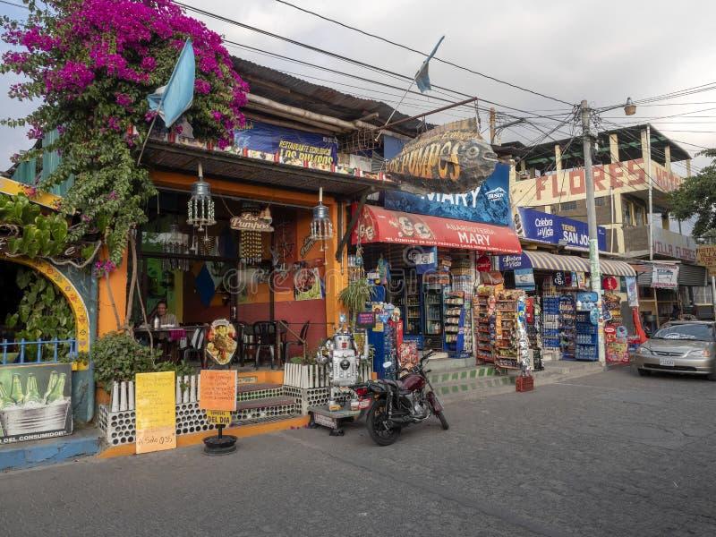 Straßen um Atitlan See sind von den Andenken und von den kleinen Restaurants, See AtitlÃ-¡ n, Antigua, Guataemala voll lizenzfreie stockfotografie
