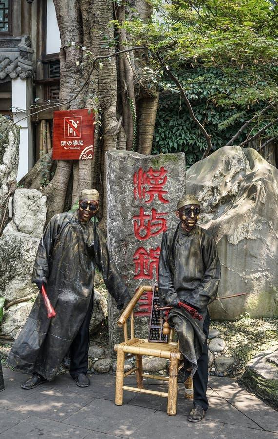 Straßenkünstler, die als Statue aufwerfen stockfotos
