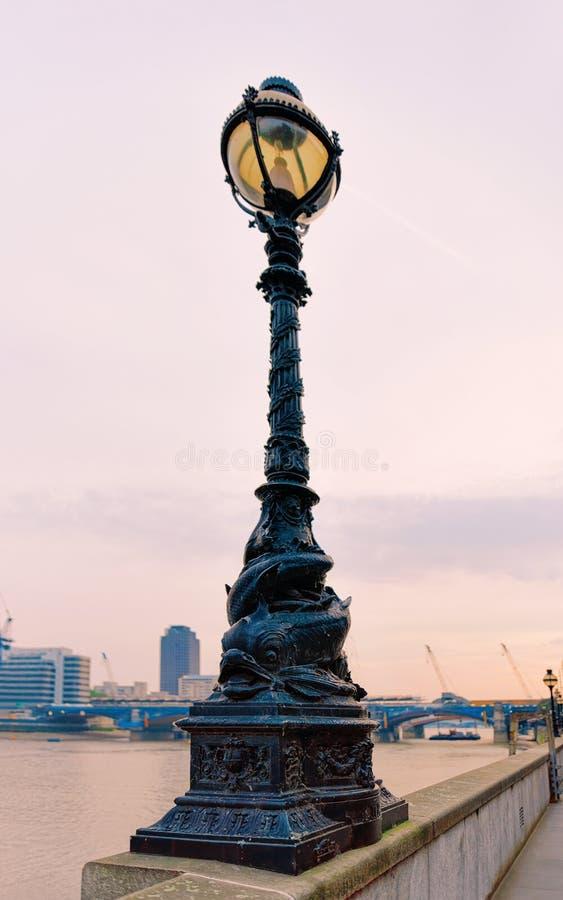Straßenlaterne bei Victoria Embankment bei der Themse in London stockbild