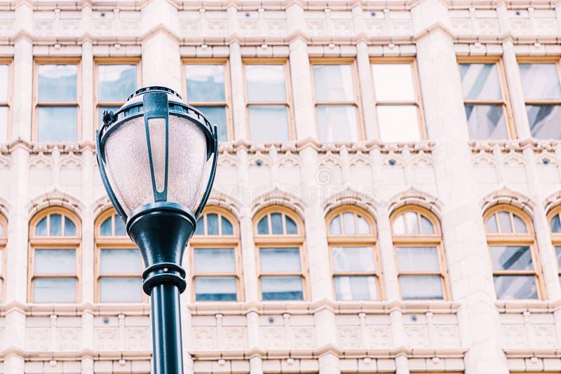 Straßenlaterne und schöne Fenster sonderkommandos Philadelphia, Pennsylvania, USA lizenzfreie stockfotos