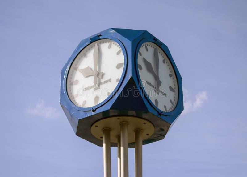 Straßenuhr mit blauem Himmel im Hintergrund stockfoto