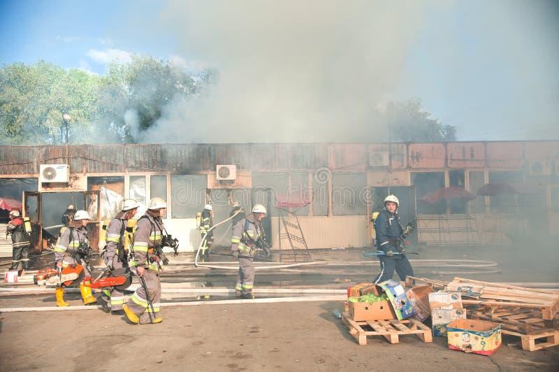 Strażacy gaszą wielkiego ogienia przy Troyeschina rynkiem na Czerwu 3, 2016 w Kijów zdjęcia stock