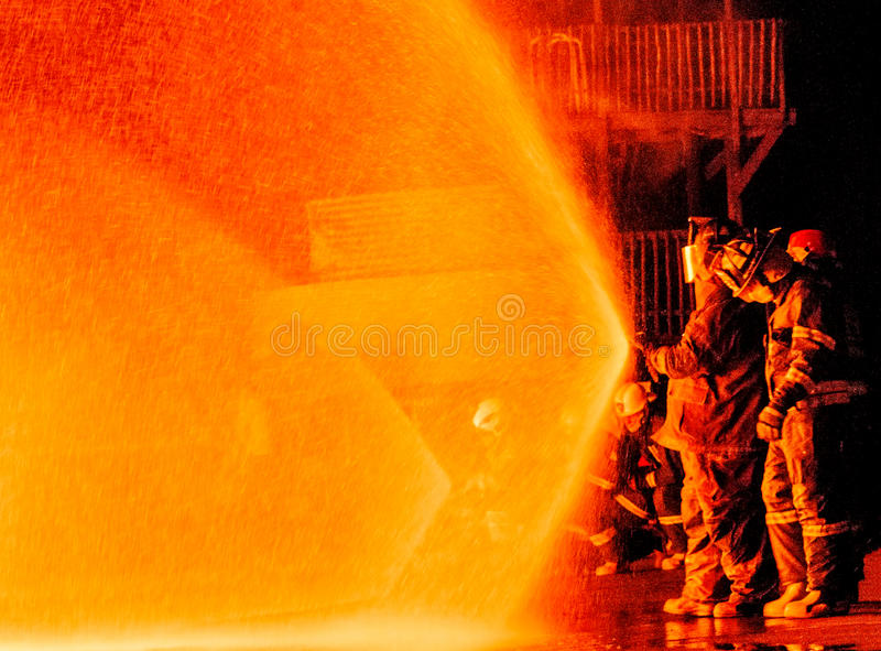 Strażacy pracuje na ogieniu obraz stock