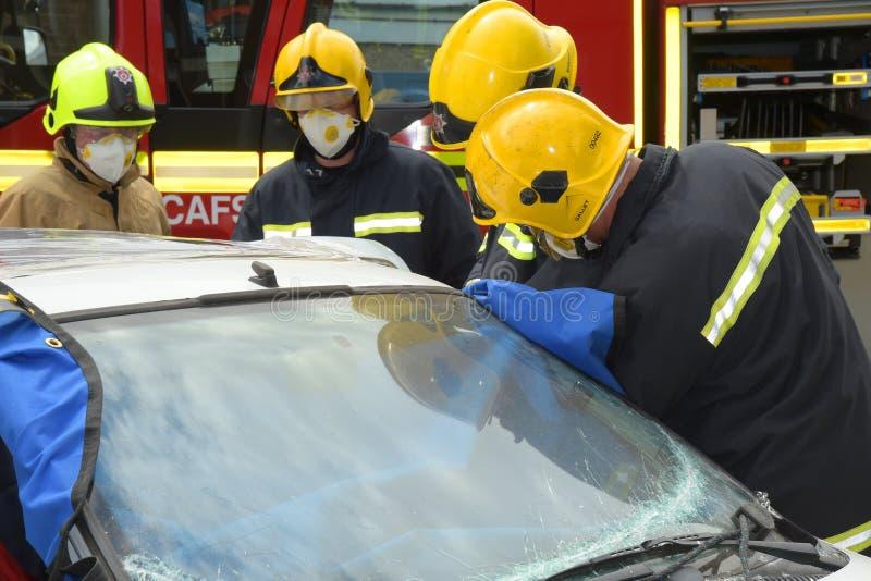 Strażacy przy kraksą samochodową zdjęcie royalty free