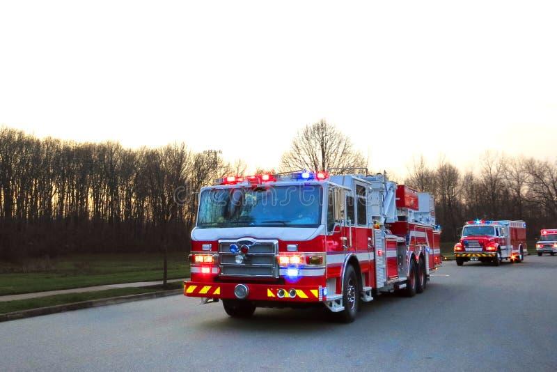 Strażaków Ciężarowi i Przeciwawaryjni pojazdy w ulicie obrazy stock