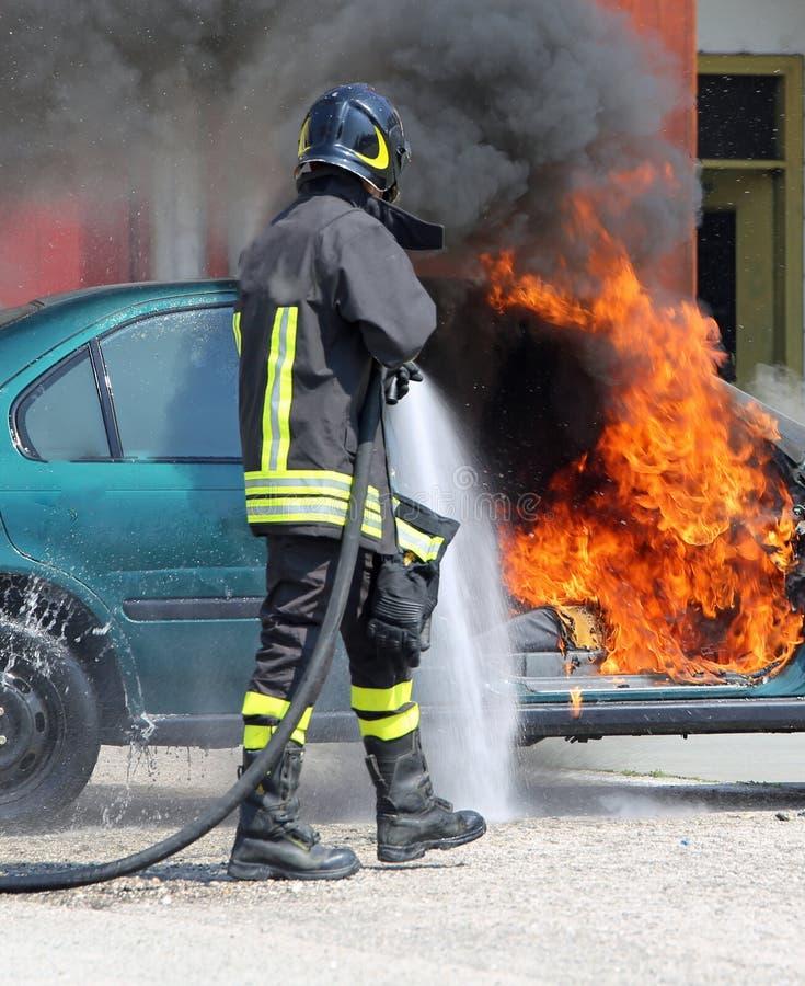 Strażak podczas zamknięcia ogień zdjęcia stock