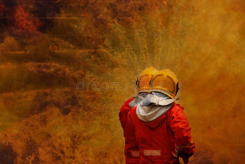 Strażak używa wodną pożarniczego boju operację obraz stock