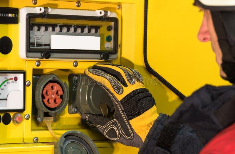 Strażak w akci i używać elektryczność generator fotografia royalty free