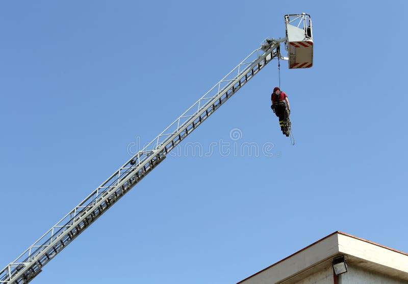 Strażak wieszał linowego pięcie podczas praktycznego ćwiczenia zdjęcia stock