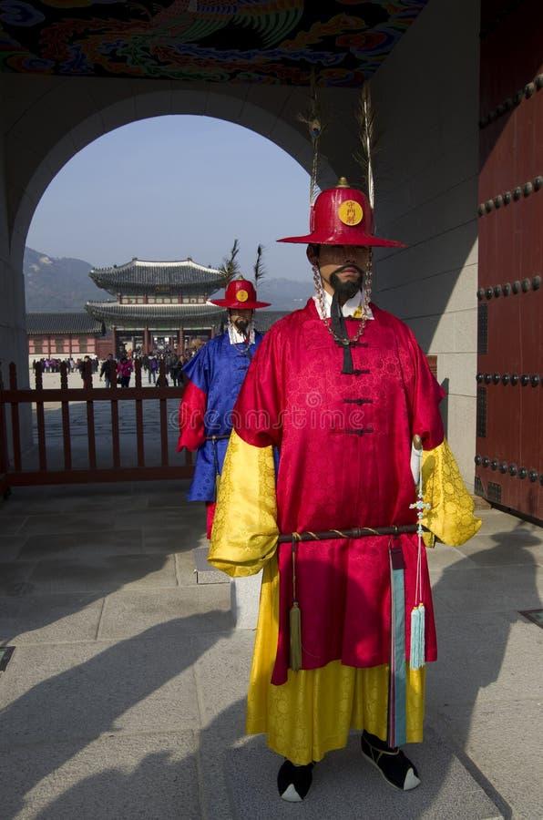 Strażnicy i Gyeongbokgung pałac zdjęcia stock