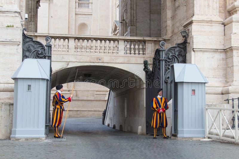 Strażnicy na sentry obowiązku na zewnątrz Świątobliwej Peter bazyliki, watykanu stan, Włochy zdjęcia royalty free