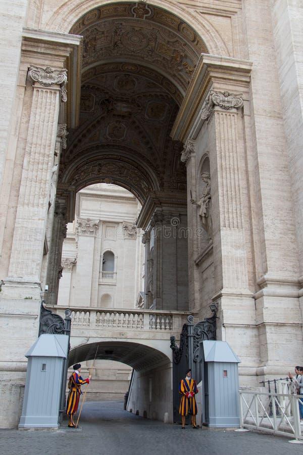Strażnicy na sentry obowiązku na zewnątrz Świątobliwej Peter bazyliki, watykanu stan, Włochy zdjęcie royalty free