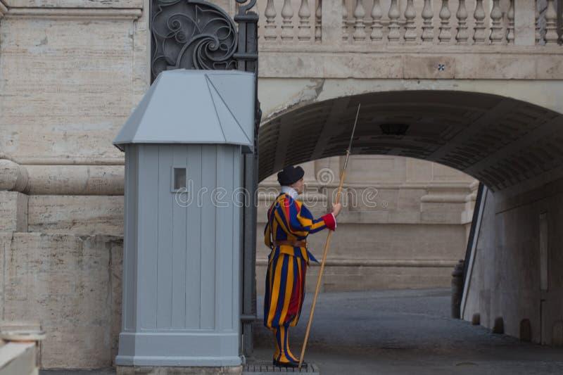 Strażnik na sentry obowiązku na zewnątrz Świątobliwej Peter bazyliki, watykanu stan, Włochy zdjęcie stock
