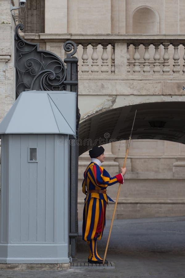 Strażnik na sentry obowiązku na zewnątrz Świątobliwej Peter bazyliki, watykanu stan, Włochy obrazy royalty free