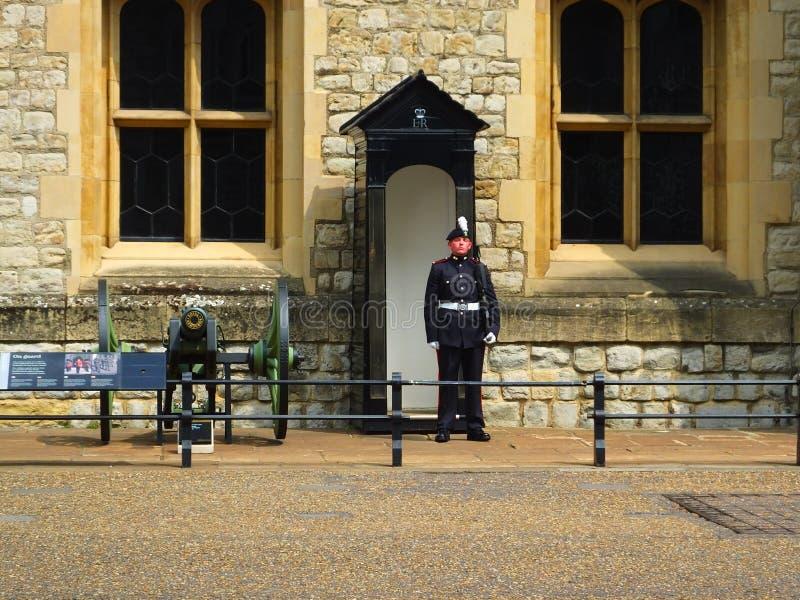 Strażowy outside korona klejnoty przy wierza Londyn fotografia stock