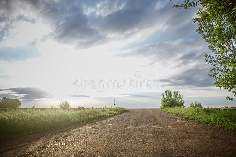 Stra?e zum Horizont Feld, Himmel, Wolken, reine Luft lizenzfreies stockbild