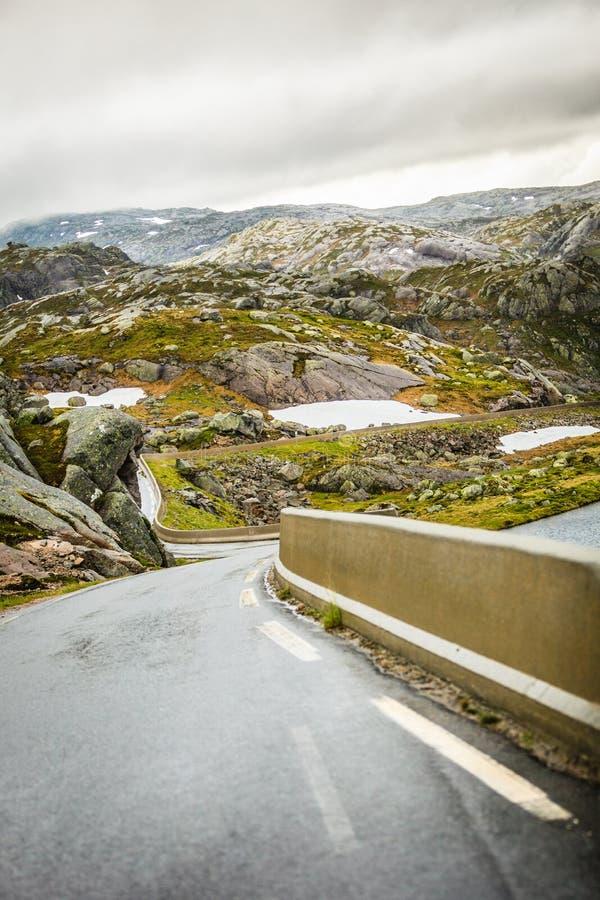 Stra?enlandschaft in den norwegischen Bergen stockfoto