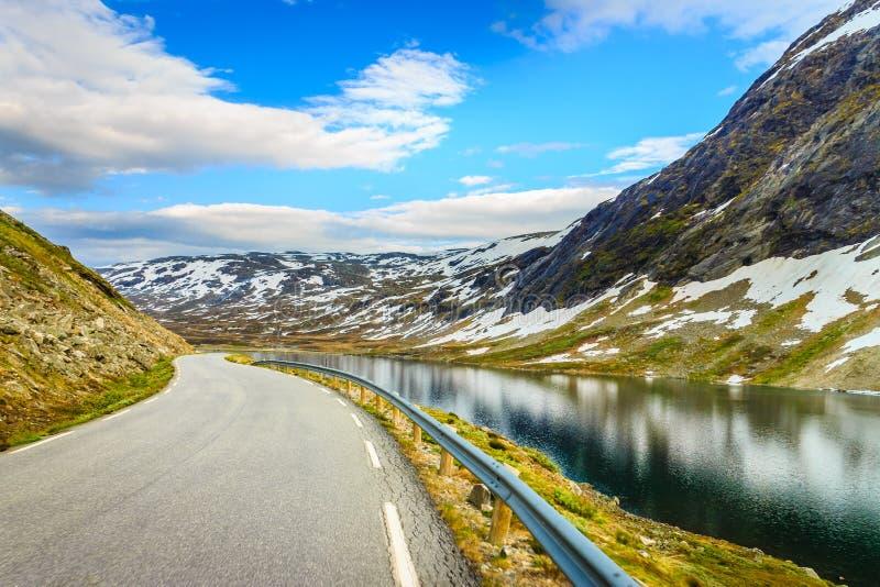 Stra?enlandschaft in den norwegischen Bergen stockbilder