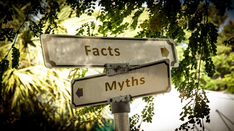 Stra?enschild zu den Tatsachen gegen Mythen lizenzfreies stockfoto