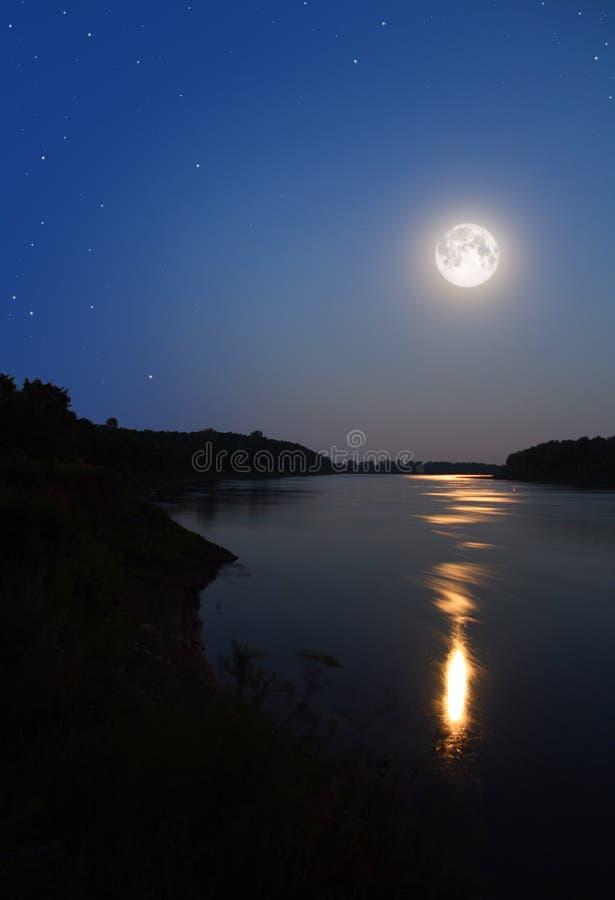 Straal maanlicht in rivier stock afbeeldingen