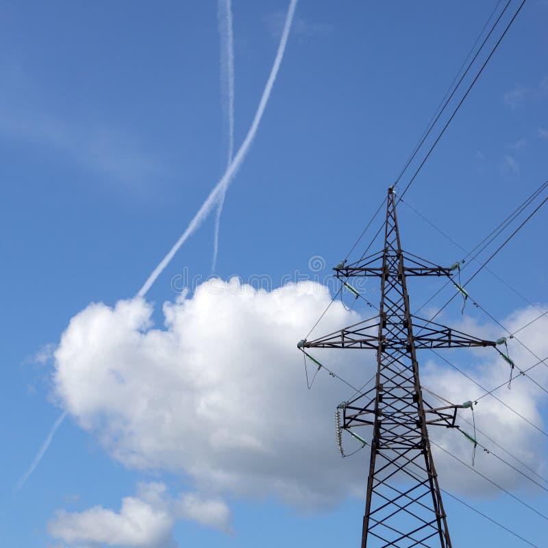 Straal-sporen in de hemel dichtbij de lijn van de machtstransmissie stock fotografie