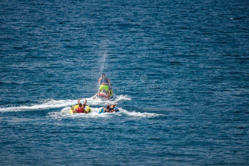 Straalski die twee buizen in water trekken stock foto