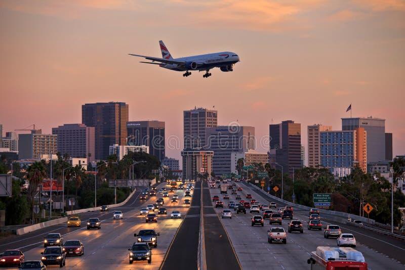 Straalvliegtuigen die op het landen benadering laag over stadssnelweg vliegen stock foto's
