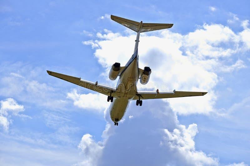 Straalvliegtuigen in een bewolkte hemel stock fotografie