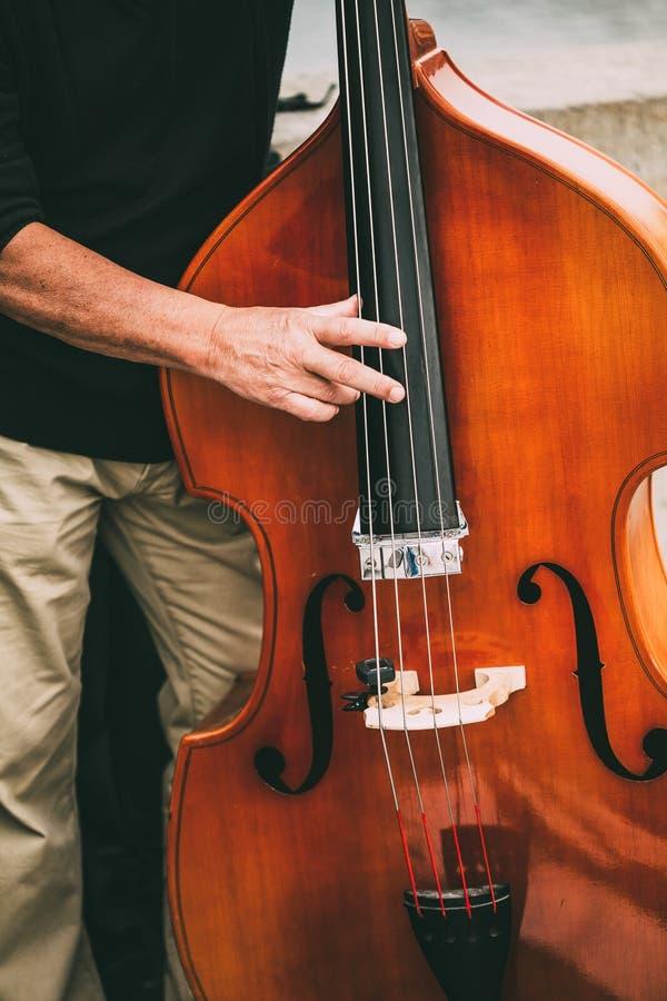 Straat Busker Performing Jazz Music Outdoors Sluit omhoog van Musica royalty-vrije stock afbeeldingen