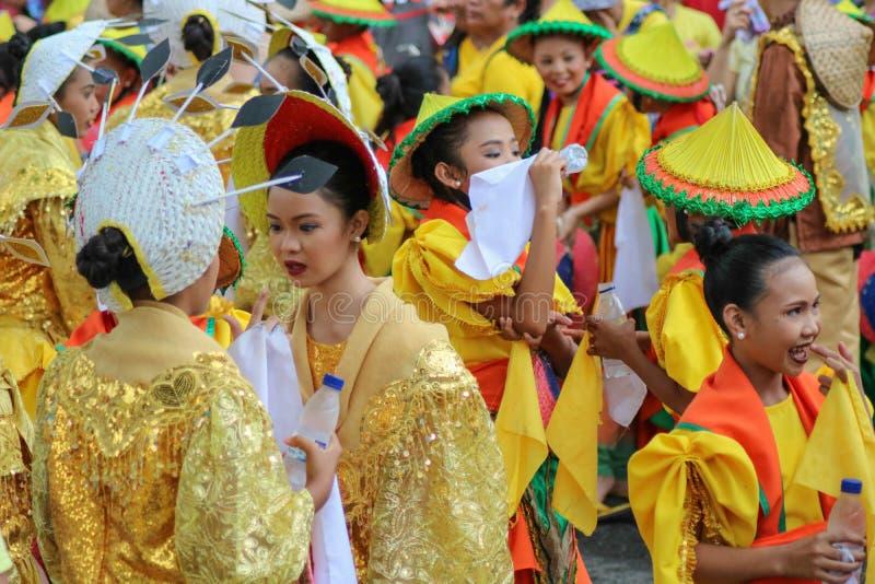 Straat dansende deelnemers die kleurrijke kostuums dragen royalty-vrije stock afbeeldingen