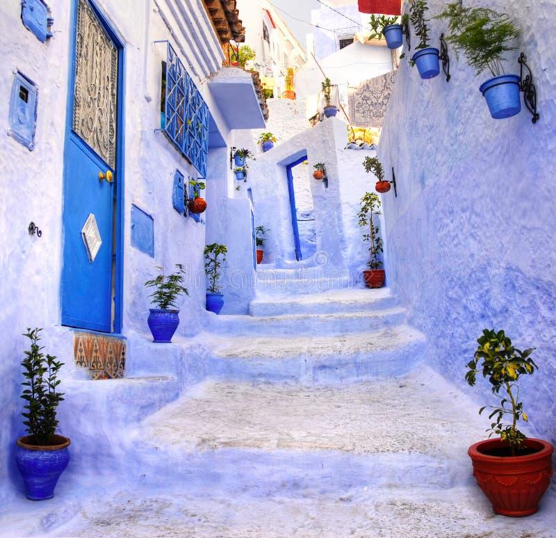 Straat in de blauwe stad Chefchaouen, Marokko stock foto