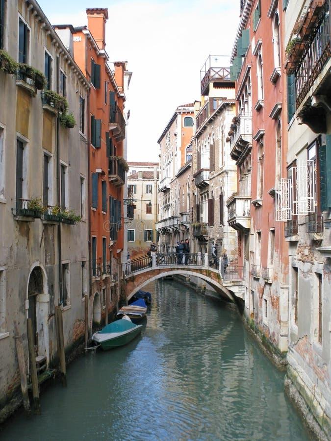 Straat in de Italiaanse stad van Venetië royalty-vrije stock afbeelding