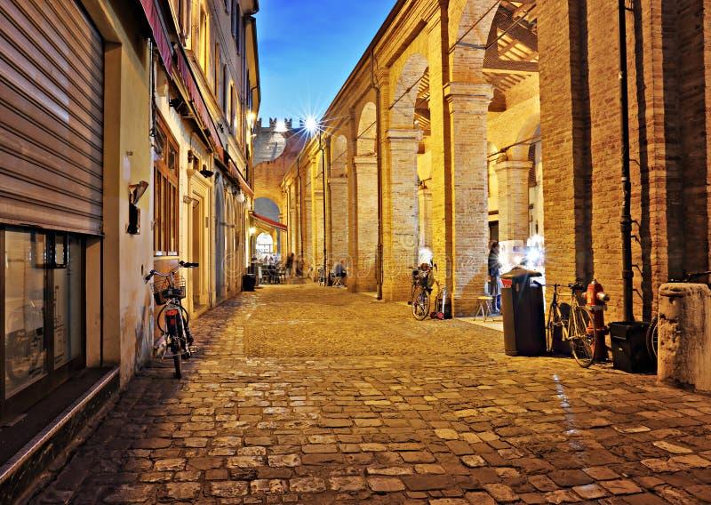 Straat in de oude stad bij nacht in Italië stock afbeelding