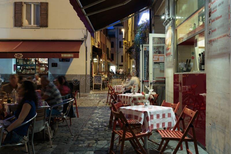Straat in de oude stad bij nacht in Italië stock afbeeldingen