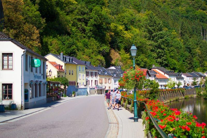 Straat in de oude stad van Vianden, Luxemburg, in de rivieroever met rode bloemen aan één kant stock afbeeldingen