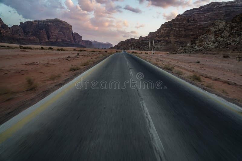 Straat in de woestijn stock foto's
