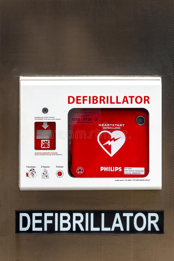 Straat defibrillator - het levensbesparing - voor openbare toegang stock afbeeldingen