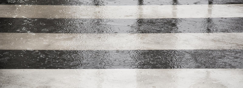 Straat die in de regenachtige dag kruisen stock afbeeldingen