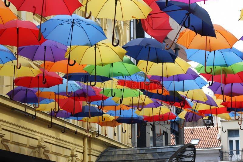 Straat die met gekleurde paraplu's wordt verfraaid royalty-vrije stock afbeelding