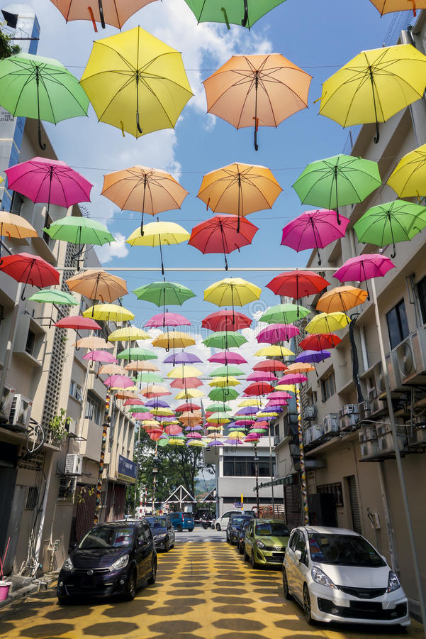 Straat die met gekleurde paraplu's wordt verfraaid Petaling Jaya, Maleisië stock afbeelding
